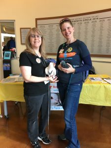 Volunteers Faye & Liese support our Lobby Pigeon project at HSSV